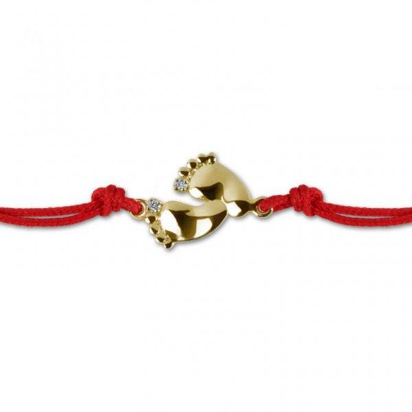 Raudona juostelė – apyrankė su geltono aukso pėdutėmis ir deimantais