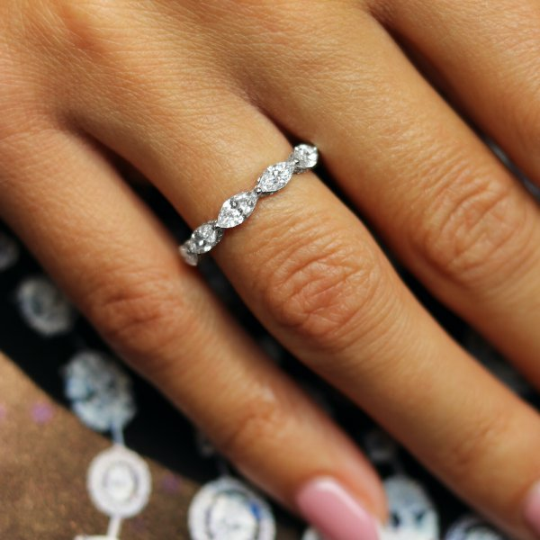 Balto aukso žiedas su markizės formos deimantais