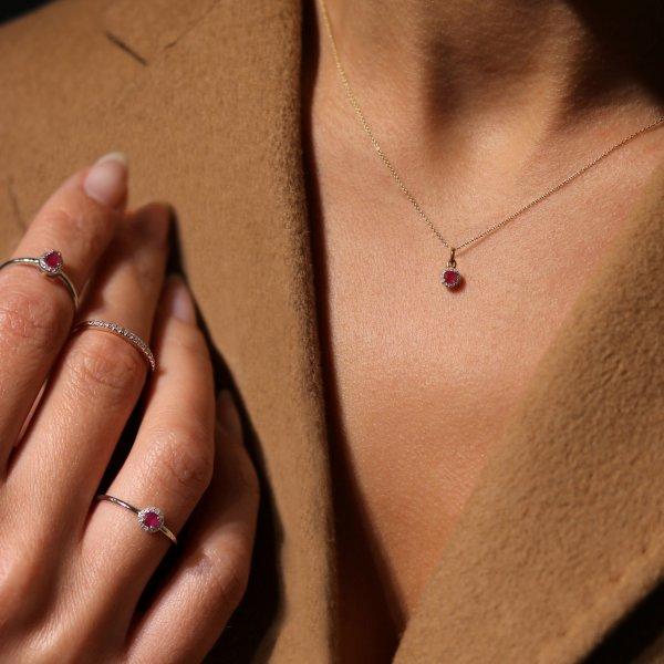 Geltono aukso žiedas su rubinu ir deimantais